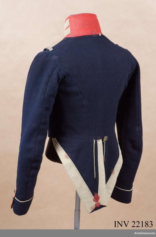 Grupp C I. Ur uniform för manskap vid Första livgrenadjärreg. 1831-45. Består av jacka, epåletter, byxor, huvudbonad, plym, pompong, skärp, halsduk, skor, damasker, axelgehäng, handrem t huggare, patronkök, bandolärrem, gevärsrem. Jacka Go 4/10 1831, Livgrenadjärreg. Modellexemplar.