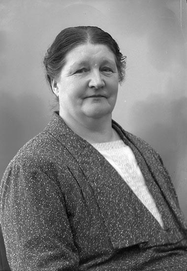 """Enligt fotografens journal nr 6 1930-1943: """"Mattsson, Fru Emma Askerön""""."""