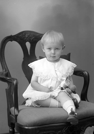 """Enligt fotografens journal nr 6 1930-1943: """"Karlsson, Kerstin Habborsby, Höviksnäs""""."""