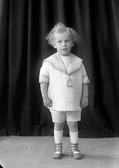 """Enligt fotografens journal nr 2 1909-1915: """"Hallgren, Ingeniör (gosse) Här""""."""