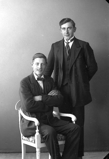 """Enligt fotografens journal nr 3 1916-1917: """"Johansson, Erik Nösnäs Här"""". Enligt fotografens journal nr 3 1916-1917: """"Berntsson, Anders, Hellebäck Här""""."""