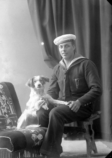 """Enligt fotografens journal nr 4 1918-1922: """"Karlsson, Hjalmar Tveten, Spekeröd""""."""