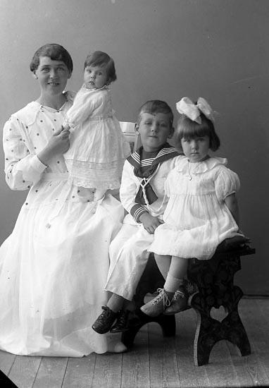 "Enligt fotografens journal nr 4 1918-1922: ""Andersson, Fru Primus Aschebergsg. 26 Gbg""."