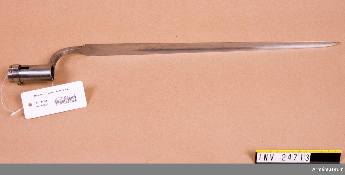 Grupp E II. b På bajonettarmens undersida finnes ett monogram av CG och på insidan en stämpel med SB.J. Alm.  Samhörande nr är: AM.24712-13