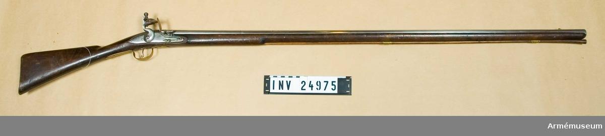 Grupp E II.  Med flintlås tillverkat i Jönköping, 1700-talets senare hälft. Efter engelsk modell. På pipan och kolven återfinns nummer 214.