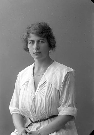 """Enligt fotografens journal nr 4 1918-1922: """"Wolff, Fr. adr. Kindal Ön""""."""