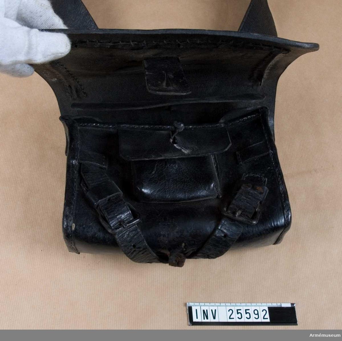 Grupp C I. Ur uniform för manskap vid Västerbottens reg; 1838-1845. Består av jacka, byxa, mössa, skärp, patronkök, bandolär.