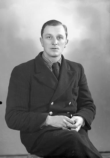 """Enligt fotografens journal nr 7 1944-1950: """"Järvå, Herr Åke Solliden Stenungsund""""."""