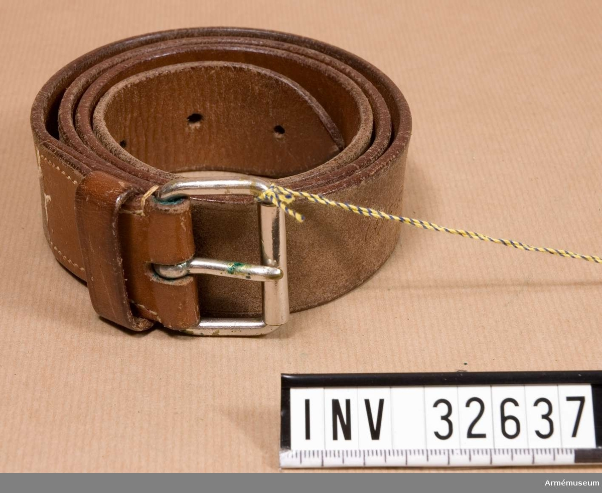 Grupp C I Ur uniform m/1923: vapenrock, ridbyxor,  sporrar, portepé, sabel, livrem, sabelrem. Livgardet till häst K 1. Med påsittande sabelbärrem.   Samhörande nr AM.32631-8