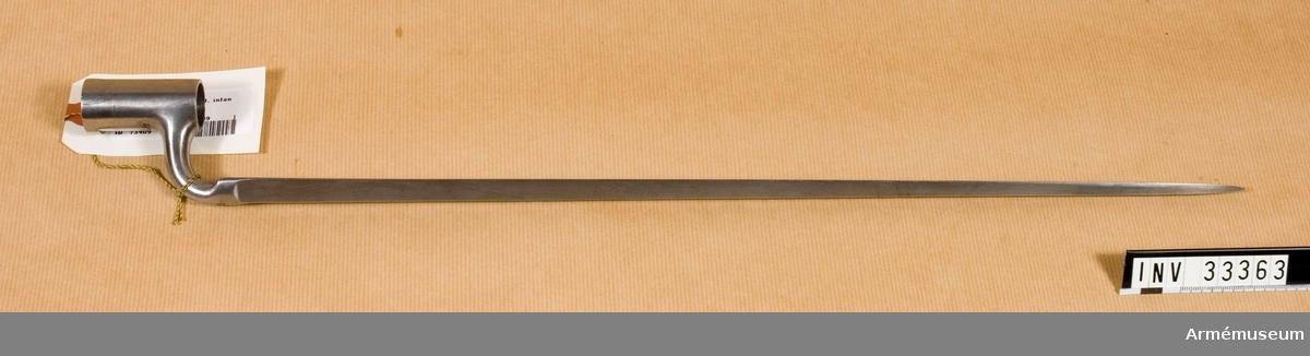 Grupp E II Bajonetten har slät, trekantig klinga, rund arm och 54 mm lång hylsa. På undersidan har hylsan längs nedre kanten en förstärkning som uppåt blir längre och som mitt på undersidan har en hak. Till höger om haket är förstärkningen högre än till vänster.  På bajonettarmens undersida är inslaget 1.78, på klingans insida krönt D och en otydlig stämpel.Vid påsättningen håller man bajonettklingan åt vänster, för ned hylsan över pipan så att bajonettfjädern trycks utåt av hylskanten, och vrider bajonetten åt höger. Fjäderns handtagsklack kommer då framför bajonetthylsans förstärkning och fjädern faller in i förstärkningens bak varigenom bajonetten fastlåses. När bajonetten avtages, griper man tag i fjäderns handtag, upplyfter fjädern, vrider och tager av bajonetten. J Alm 1941.