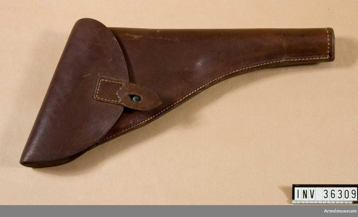 Grupp E III i.  Kal 25 mm.  Samhörande nr är AM.036308-AM.036310, pistol, hölster, patronväska.