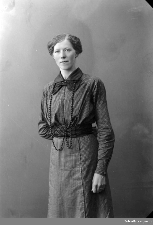 """Enligt fotografens journal nr 2 1909-1915: """"Olsson, Olga Svanvik, Höviksnäs""""."""