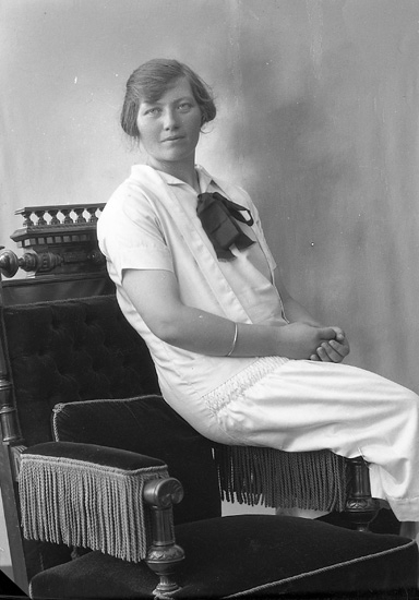 """Enligt fotografens journal nr 5 1923-1929: """"Larsson, Linnéa Hammar, Här""""."""