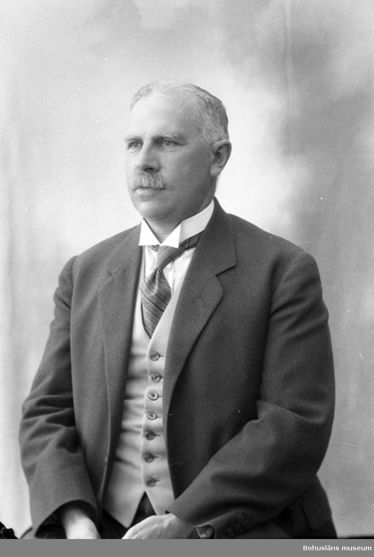 """Enligt fotografens journal nr 5 1923-1929: """"Wettermark, Postmästare Här""""."""