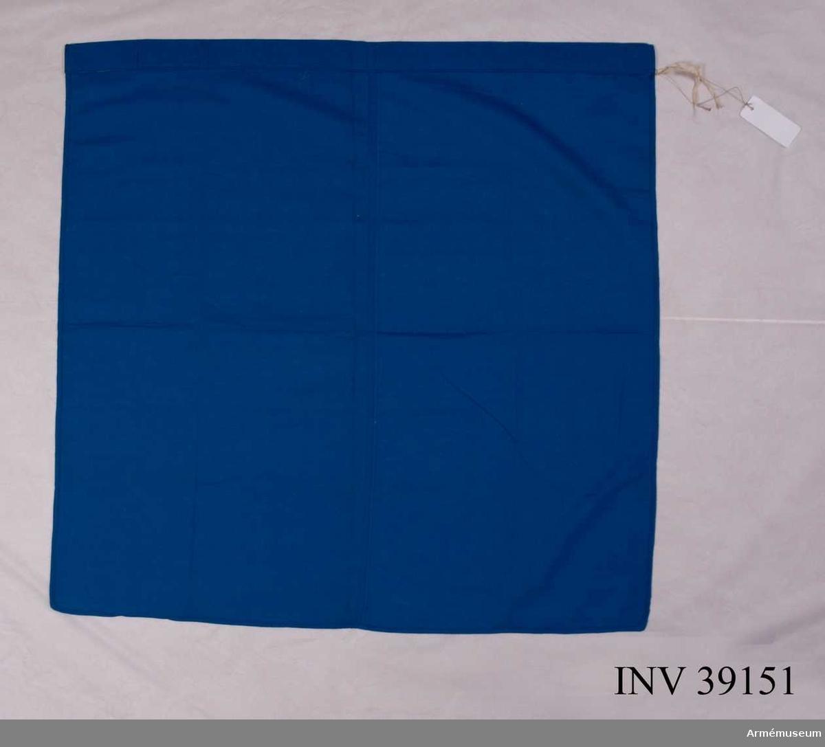 Grupp H III.  Av blå flaggduk utan dekor (märke). Upptill på längre sidan en kanal för stång.