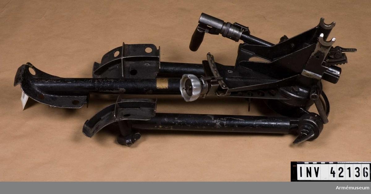 Grupp E IV. Till kulsprutan finns lavett, bandlådehållare, två bärhandtag, riktmärke med tillbehör, ångslang, åtta bandlådor, vattenlåda, reservpipa i fodral, fyra reservpipor i trälåda, reservdelslåda, manteltätare.