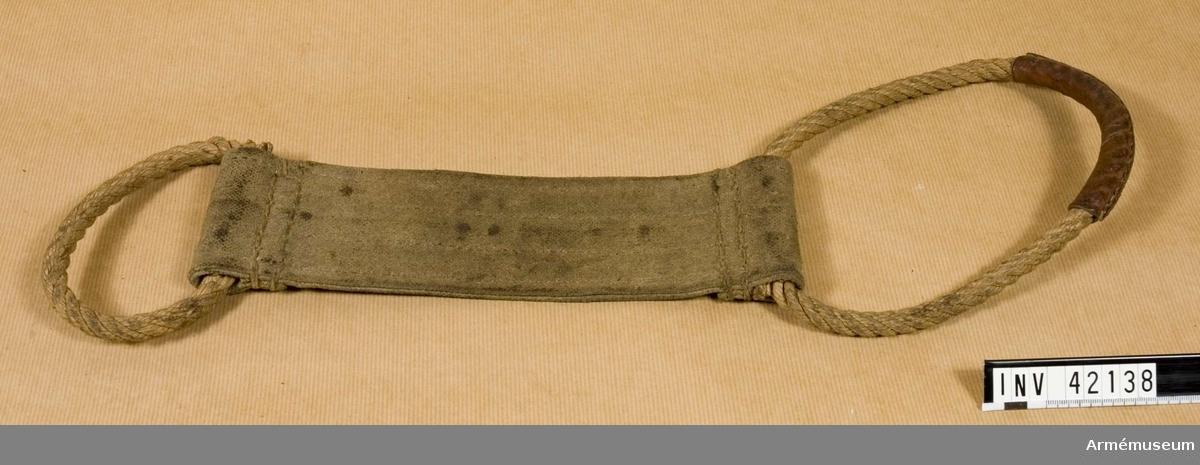 Grupp E IV. Samhörande till kulsprutan finns lavett, bandlådehållare, två bärhandtag, riktmärke med tillbehör, ångslang, åtta bandlådor, vattenlåda, reservpipa i fodral, fyra reservpipor i trälåda, reservlåda och manteltätare.