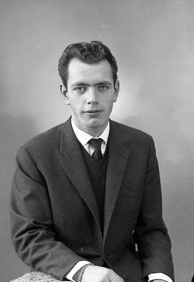 "Enligt fotografens journal nr 9 1958-: ""Nilsson, Herr Sven-Olof Box 401 Stenungsund""."
