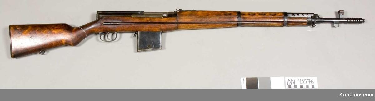"""Grupp E IV. Kaliber 7,62 mm. Loppets relativa längd 85,8 kal. Detaljerad beskrivning se AM.045593. På piphylsan framför slutstyckt står 1939. Till vänster på samma hylsa är inslaget de ryska bokstäverna """"??"""" samt numret 739. Samma nummer och bokstäver återfinns på flera av gevärets delar."""