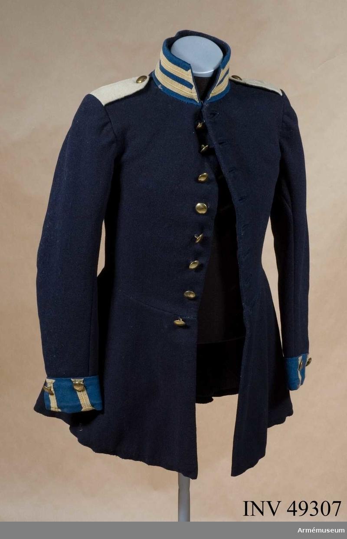 Grupp C I.  Ur paraduniform för manskap vid Fyrverkarkåren; 1845-73. Vapenrocken är av mörkblått kläde, enkelknäppt med åtta kullriga mässingsknappar. Krage och axelklaffar är av ljusblått kläde och försedda med gula lister. Axelklaffar av vitt kläde. Baktill på skörtet finns åtta mässingsknappar. Hela rocken är fodrad med tuskaftat  ylle.