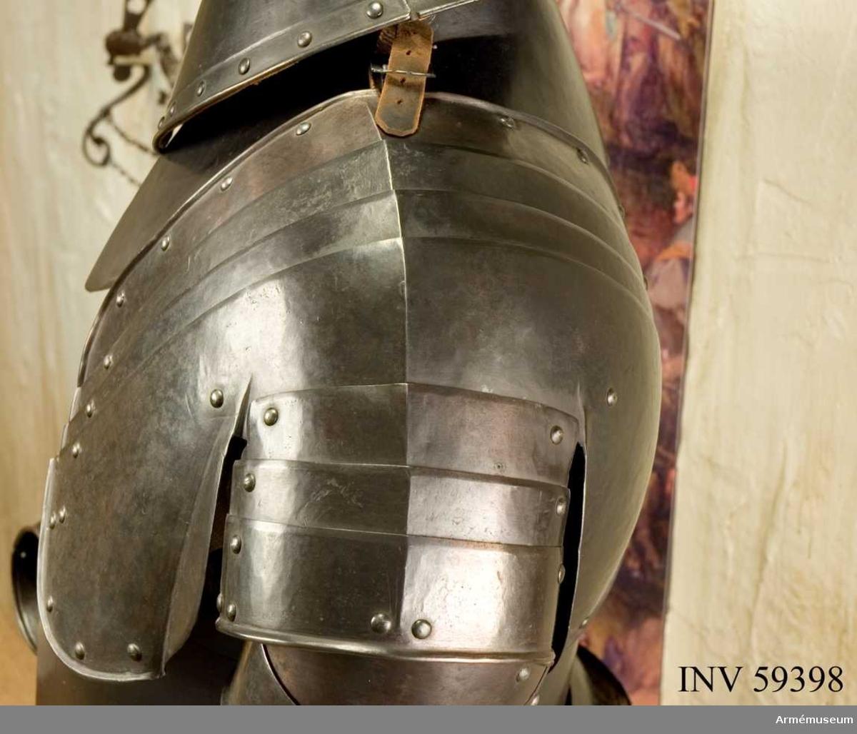 Grupp D IV. Vänster skulderskena. Ur ryttarrustning, s.k. halvrustning, för kyrrassiär 1600-1650, Danmark-Norge. Hela rustningen består av harnesk, halskrage, armskenor, skulderskenor, lårskenor, ländskört och visirhjälm.