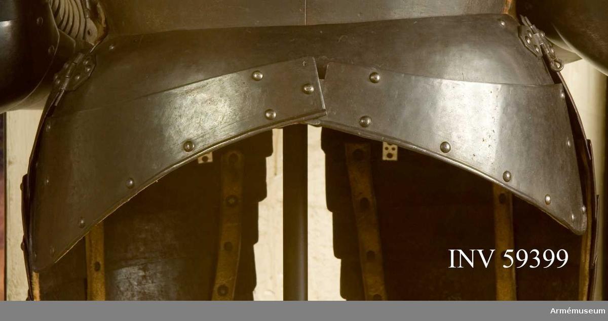 Grupp D IV. Ur ryttarrustning, s.k. halvrustning, för kyrrassiär 1600-1650, Danmark-Norge. Hela rustningen består av harnesk, halskrage, armskenor, skulderskenor, lårskenor, ländskört och visirhjälm.