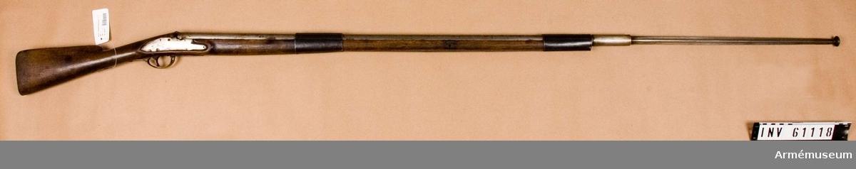 Grupp D III. Bajonettens utskjutande del är 500 mm. Bajonetten är trekantig  och utan skyddsputa. Den kommer ursprungligen från gevär m/1794,  inköpt från England.Bajonettfäktningsgeväret är ändrat från gevär med flintlås och  försett med fastställningslapp:Daterad den 16/6 1867 och fastställt C.O. Carlson. Fält. Tygmästare.