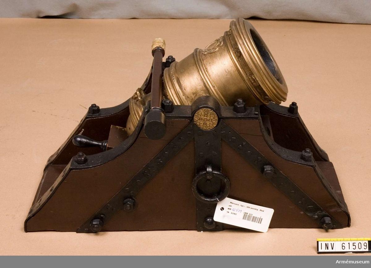 Grupp F I.   Kapten F A Spaks katalog 1888.  På fyrhjulig mörsarestol och försedd med riktinrättning av säregen konstruktion.   I modellen ingår mörsarestol, riktkilar, sättare.