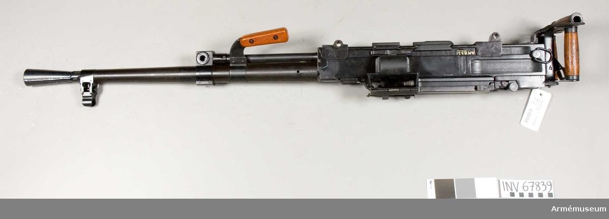 Kulspruta m/1943, med hjullavett, system Gorjunov. Vapnet är obrukbart; uppborrat hål i pipan. Tillverkningsnr HK 524 år 1944. Vikt utan lavett 13,8 kg, med lavett ca 40 kg. Märkt med en pil (TOPHOHOBA).  Bestående av: 1 st kulspruta m/1943, 1 st hjullavett, 1 st reservpipa, tillverkningsnr HK 524 (0803 19145), handgrepp av konstmassa; 6 st bandlådor med stålband (6 st), 1 st patronlägesläsk, 1 st borstviskare, 1 st don, 1 st monteringsdon, 1 st kombinationsnyckel.