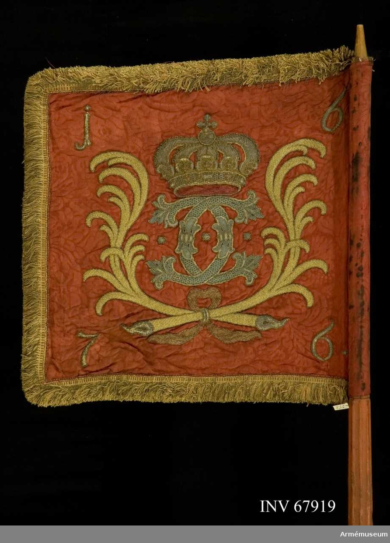Duk: Tillverkad av dubbel, röd sidendamast med stadkanter, grön- och vitrandiga i vertikal riktning, gömda i fransen.  Dekor:  Broderat på inre sidan två lagerkvistar i silver, bladen gröngula, bären gula, hopknutna nedtill med röd rosett (enligt Rudolf Cederström har funnits i mitten  Östergötlands vapen, en grip i guld, numera försvunnen); i hörnen med guld 1,6,7,6; på yttre sidan i mitten två lyrformigt böjda palmkvistar i gult silke med silver; inom dessa Karl XI:s namnchiffer, dubbelt C i blått med tre punkter i silversprängt, blått silke, krönt av sluten krona i guld med stenar i rött och blått samt silverpärlor innanför i rött; palmkvistarna hopknutna nedtill med rött band; i hörnen 1,6,7,6 i guld.  Frans: Dubbel, av rött och gult silke.  Duken fäst vid stången, med tennlickor.  Stång av trä, kannelerad ovanför greppet, rödmålad; klack av järn; saknar spets och holk.