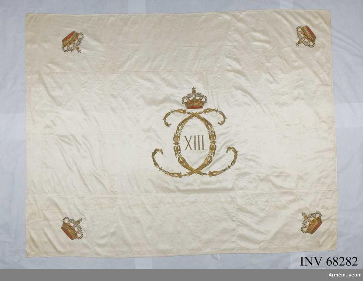 Duk: Tillverkad av enkel vit sidenkypert, sydd av tre horisontella våder.   Dekor: Broderad, Karl XIII:s namnchiffer, dubbelt C inringande XIII, krönt med sluten krona. Slutna kronor i hörnen. Dukens ytterkant skodd med vitt siden, 15 mm bred.