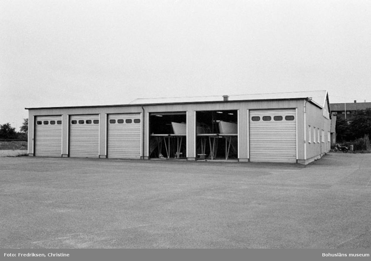 """Motivbeskrivning: """"Amigovarvet, Öckerö. På bilden syns senaste tillbyggnaden vid varvet (1977), där inredningsarbeten utförs."""" Datum: 19800902 Riktning: Sv"""