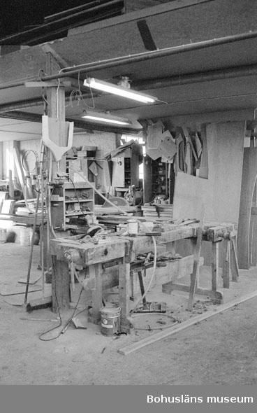 """Motivbeskrivning: """"Rolf Nicanders Båtbyggeri AB, på bilden syns en arbetsbänk."""" Datum: 19801003"""