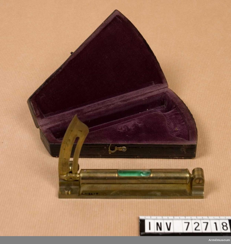 Grupp F:III. Kvadrant av mässing för inskjutning av kanoner. Samhörande: skinnklätt fodral.