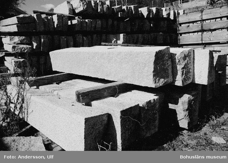 """Bohusläns samhälls- och näringsliv. 2. STENINDUSTRIN. Film: 18  Text som medföljde bilden: """"Gradad sten i lager. April 1977."""""""