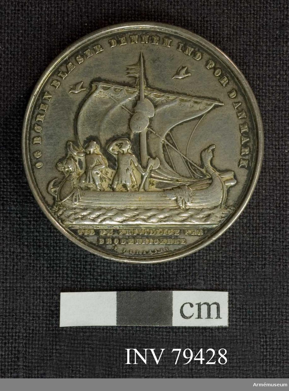 Grupp M Medalj. Oskar I. Dansk minnesgåva åt de i kriget 1848-1849 frivilligt deltagande svenskar och norrmän. Åtsidan: NU STANDER STRIDEN UNDER IUTLAND. Heimdall, böåsande i sitt horn, med svärd i hand, står på bifrost (regnbågen), med den galande tuppen vid sidan. Under bågen ses karlavagnen. Frånsidan: OG BØREN BLÆSER DENNEM IND FOR DANMARK. Ett nordiskt fartyg, på vars mast hänga Sveriges och Norges vapensköldar, går fram på havet under fullt segel. Vid relingen stå två kämpar blickande ut i rymden. Odens två korpar flyga över fartyget. I avskärningen: TIL DE FRIVILLIGE FRA BRODERRIGERNE. Nedanför: P. PETERSEN.