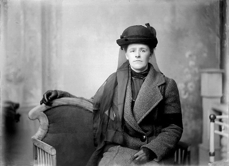 """Enligt senare noteringar: """"Fru Antonsson, änka efter trädgårdsmästare Antonsson (Torreby). När trädgårdsmästaren dog och efterträddes av Oscar Winblad 1919, flyttade änkan in på övervåningen i tjänstebostaden och fortsatte sköta om slottet åt grosshandlare Sörensen."""" (BJ)"""