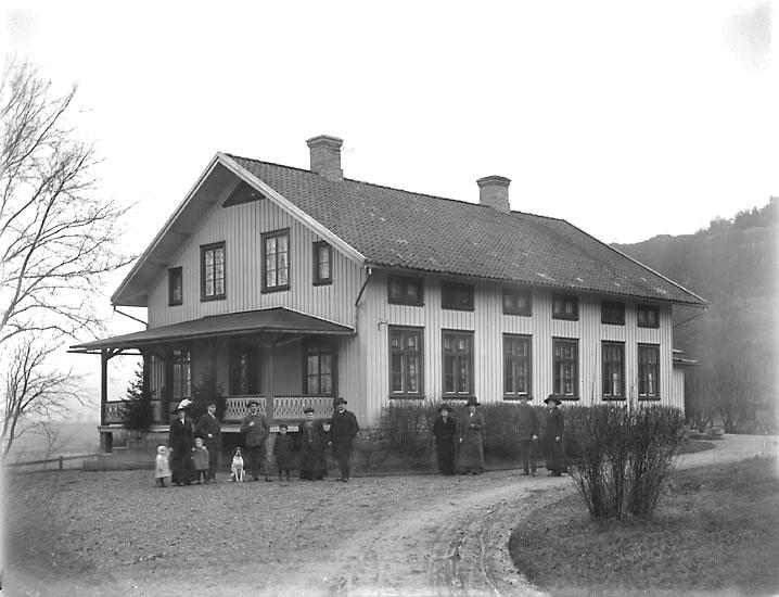 """Enligt noteringar: """"Troligen posthuset vid Kvistrumsberget i Munkedal. Det var traktens första poststation som fungerade fram till omkring 1903, då posten flyttade till det nybyggda stationssamhället. Huset revs på 1960-talet."""" (BJ)"""