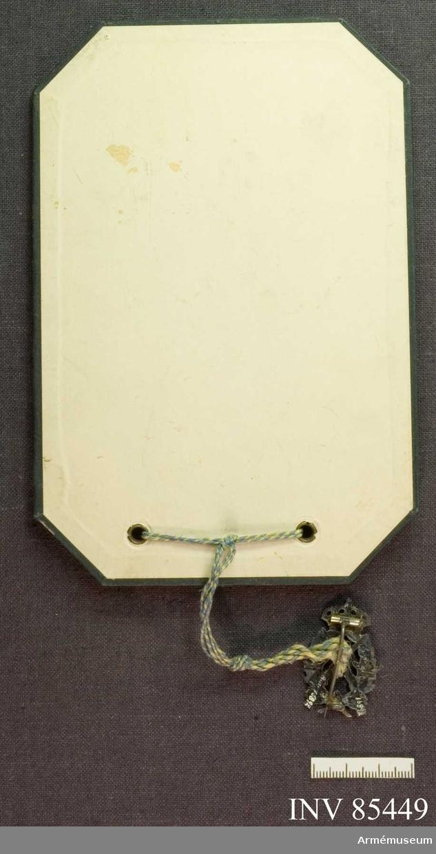 Grupp M.  Skyttemärket är genom ett avtryck av Lantförsvarsdepartementets Commandoexpeditions sigill fäst vid en pappskiva. Beskrivning=16890