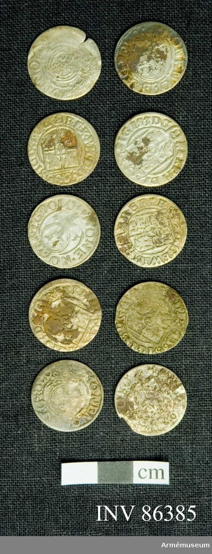 Grupp M. En samling mynt funna vid Poltava. Mynt förteckning: Preussen Pommern 1/24 Thaler 1620-talet: 24 st. G II A 1/14 riksdaler Riga 2 st. Karl XI 1/24 riksdaler Riga 1669 1 st. Christina 1/24 riksdaler Riga 4 st. 157 lösa mynt. 17 överskjutande Totalt 188 st. (fattas 11 st).   Sigismund III 1/24 thaler, prägl. i Polen 1620 tal. 140ex. Gust II Adolf, för Riga 1620 t. 23 ex.  Christina 4 ex.  Carl XI 1669 1 ex 1/24 thal för Mark Brandenburg, Preussen och Pommern alla från 1620 talet - 33 ex.  x) Ett ex till krigsarkivarien Steckzen d. 22/8 /1933 för att överlämnas som gåva till Verner von Heidenstam. 2007-01-24 /TW