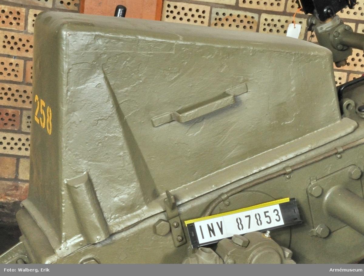 """40 mm luftvärnsautomatkanon m/1936-38 i korslavett.Eldrörets vikt med bakstycke: 495 kg. Pjäsens vikt ca 900 kg.Tillbehör: 1 ackumulatorlåda A, 1 alkbatteri 3,6 V 40 AH, 1 borstviskare, 1 fettspruta, rör, 1 fodral, 2 kapell, 2 skyddskåpa, 1 mynningsskydd, 1 viskarfodral, 1 klubba, 1 pjäslåda /S, 1 plundringskrok, 1 plundringskrok, plåt, 2 reflexsikte MT, 1 rengöringskolv, 1 spett, 1 viskarstång, 1 nyckel t manöverlucka.Korslavett m/1938 med tillbehör: 1 basplatta K, 1 bäddring, 1 huvudbalk, l: 4024 mm, 4 markpåle, 2 tvärbalk K, l: 2000 mm.Transportvagn m/1938 med fyra uppkörningsskenor. Måttuppgifter: l: 5260 mm, b: 2080 mm, h: 1004 mm. Märkt """"3/80"""". Mil. reg.nr: 93918."""