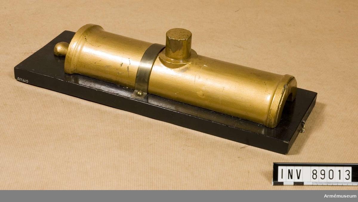 Grupp F I. Modell av 22 cm belägringshaubits. Skala 1/5. Modellen är av målad gips. 1825 års system. I två halvor. Druvan skadad.