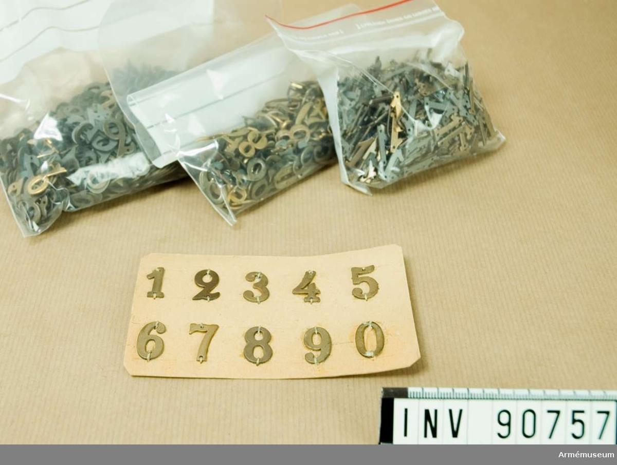 En låda innehållande: Pappkort med siffrorna 0-9 fastsydda och kuvert med siffrorna 0, 2,3,4,5,6,7,8. En plastpåse med en stor mängd 1.or. Plastpåse med en ännu större mängd 2.or Plastpåse med blandade siffror