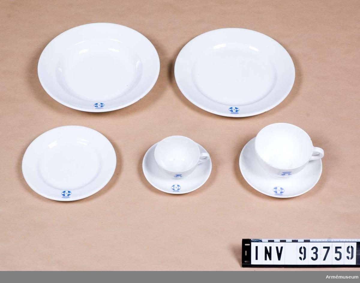 Flat- och djup tallrik,assiett samt te och kaffekopp. Märkta med Svenska Lottakårens emblem.