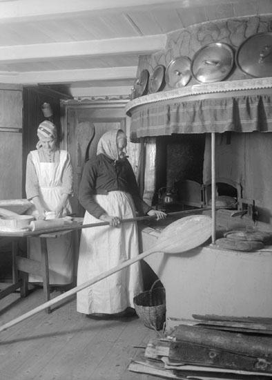 April 1924. Storbak i gammalt stugkök.