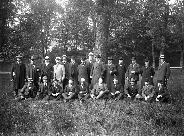"""Enligt tidigare noteringar: """"Gruppfoto, samling herrar i en park."""""""