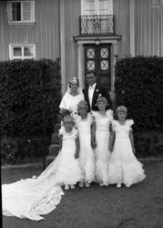 Brudparet Bertil Thorburn och Gerd Sanne med brudnäbbar fram