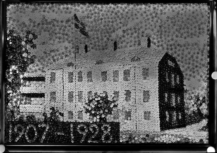 """Uppgift enligt fotografen: """"Uddevalla. Tavla över majblommehemmet 1907-1928."""""""