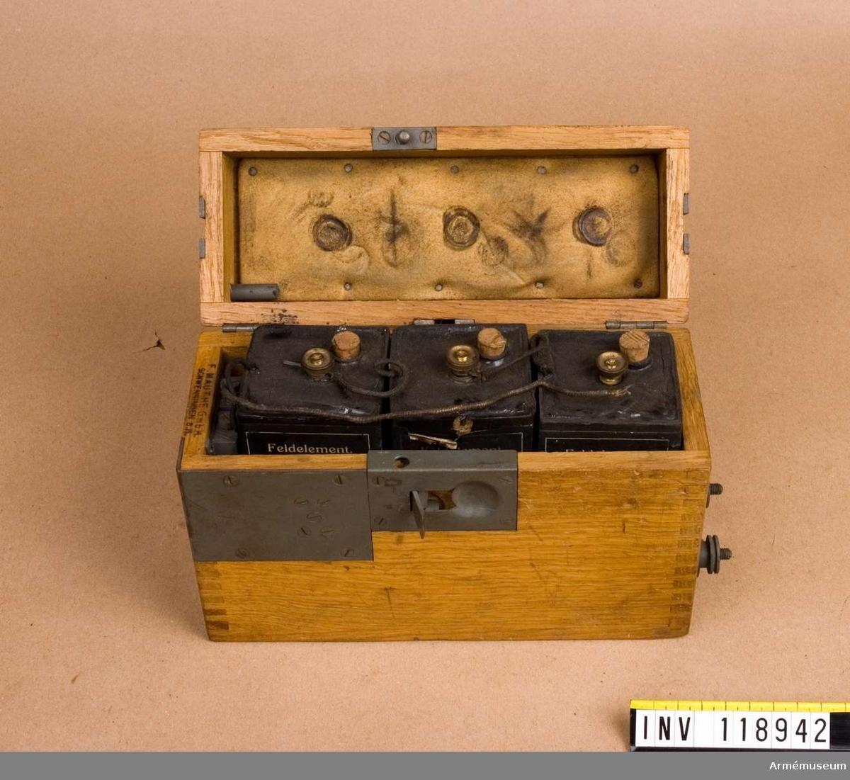 Grupp H I. Batterilåda med batteri - tre stora torrelement NEW, tillhörande fälttelefonapparat av tyskt fabrikat. Jfr AM 37023, 37033 och 38378.