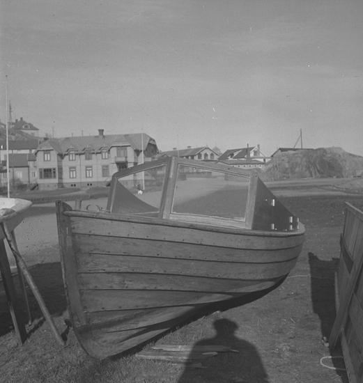 """Text till bilden: """"Åke Samuelsson, Lysekil. Foto av en båt. 1948.04.14"""""""